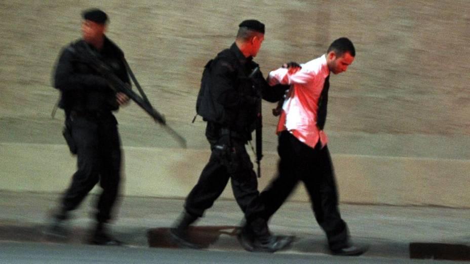 Polícia prende um dos bandidos que invadiram o ônibus no Rio de Janeiro