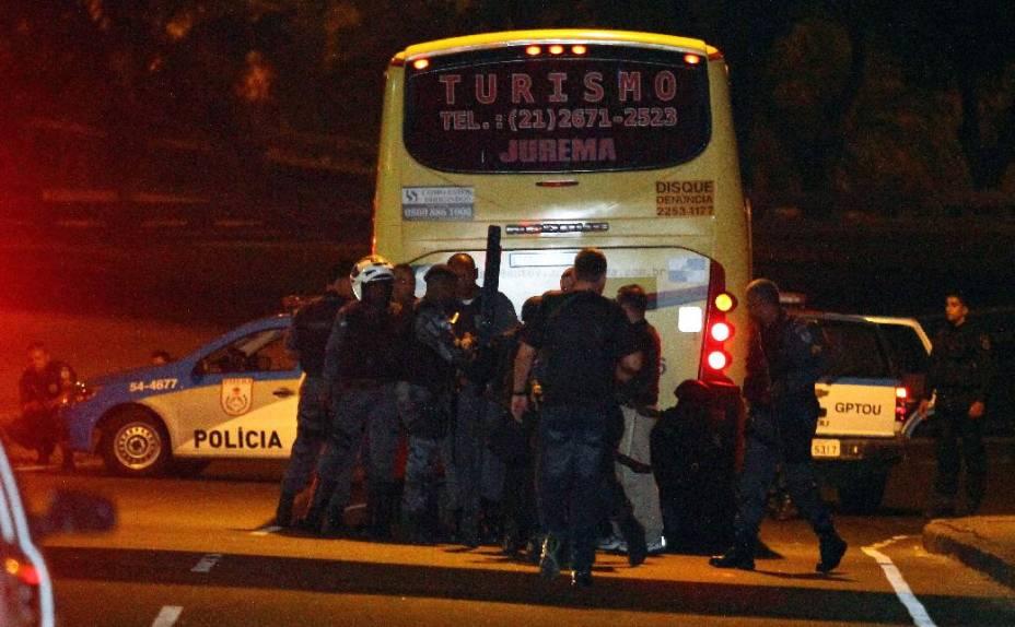 Cinco pessoas ficaram feriadas, uma em estado grave, durante sequestro de ônibus no Rio