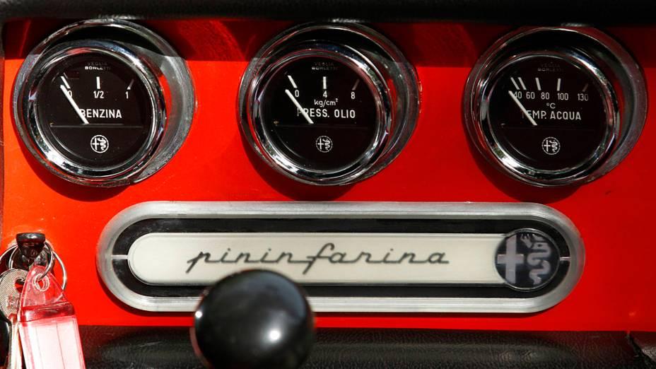 O logotipo Pininfarina visto nas bitolas de combustível e temperatura no painel de um Alfa Romeo Spider