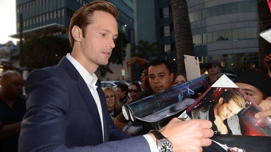O ator Alexander Skarsgard da autógrafos na première da série True Blood, em Hollywood