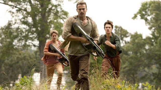 Shailene Woodley(Tris), Theo James (Four) e Ansel Elgort (Caleb) no filme A Série Divergente: Insurgente