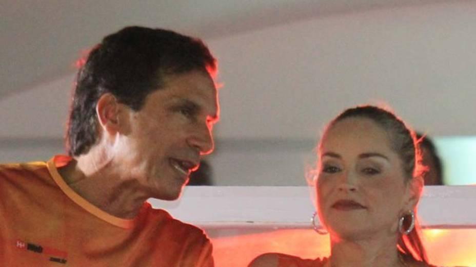 Sharon Stone e Vitor Fasano no carnaval de Salvador, em 18/02/2012