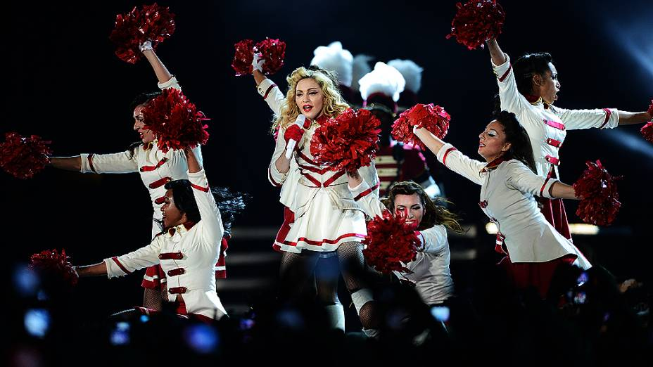 Madonna e suas bailarinas durante o show em São Paulo