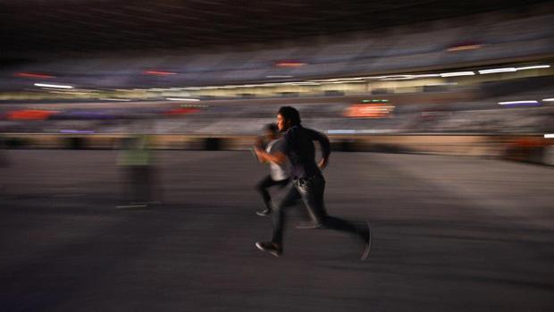 Público corre após abertura dos portões do estádio Mineirão, em Belo Horizonte