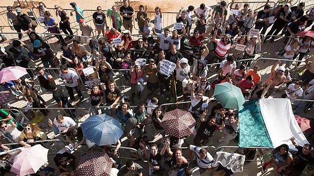 Fãs aguardam abertura dos portões do estádio Mineirão