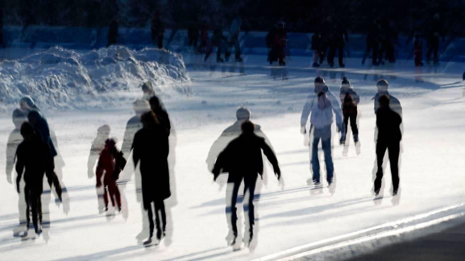 Reflexo de visitantes em janela de pista de patinação em Berlim, Alemanha