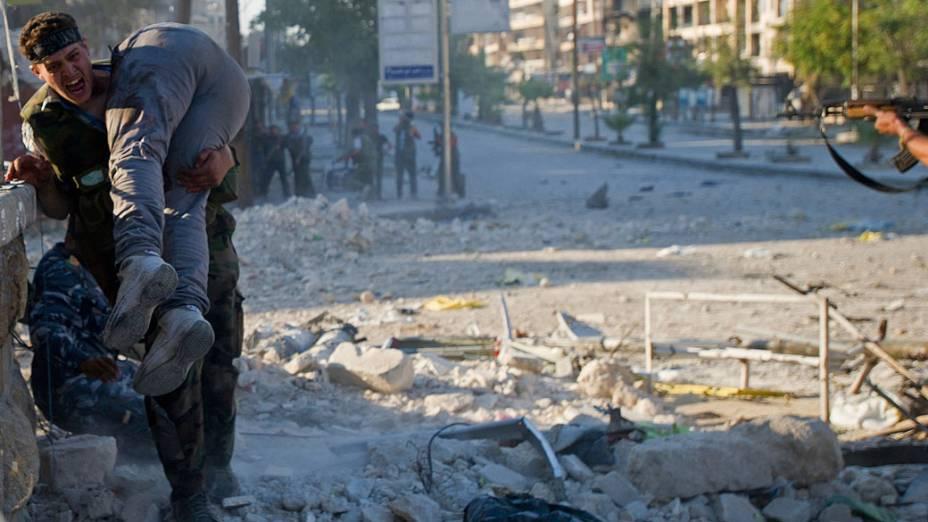 Homem carrega corpo de irmão morto durante conflito no bairro Saif al-Dawla na cidade de Aleppo (Síria), em meio a combates entre oposição e forças do governo