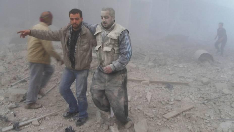 Rebeldes sírios são fotografados perto de prédios destruídos por bombardeios. Ativistas afirmam que o Exército sírio lançou mísseis no bairro de Akraba, em Damasco