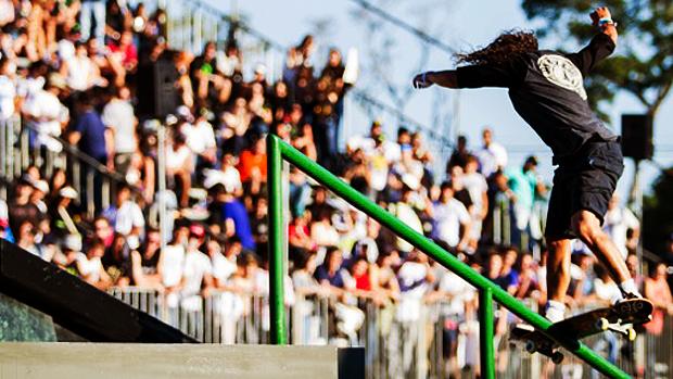 O Skate Street é uma prova realizada em uma pista que simula os obstáculos da rua. Feita de concreto, a pista traz para o ambiente de competição escadas, corrimãos, rampas, paredes e caixotes