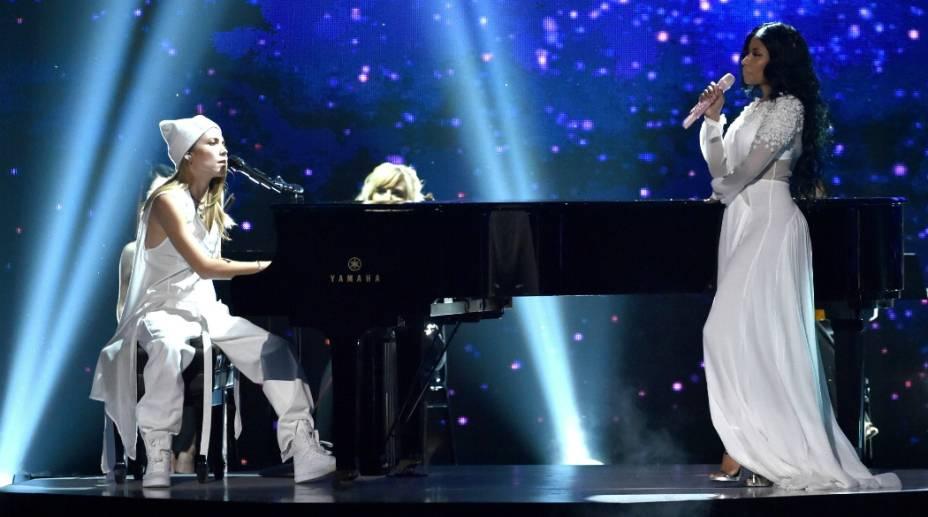 Skylar Grey e Nicki Minaj durante performance no American Music Awards 2014