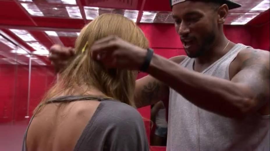 Slim coloca colar de líder em Aline no BBB14