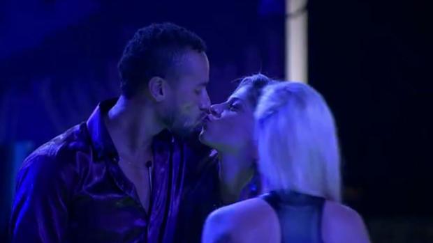 Slim dá selinho em Vanessa na frente de Clara