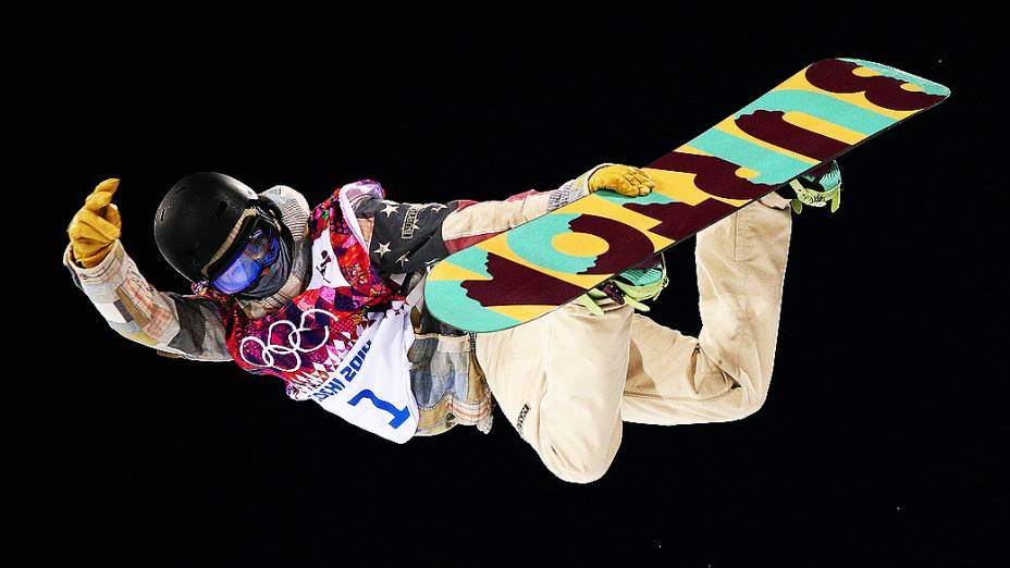 O americano Kelly Clark disputa o snowboard halfpipe em Sochi, na Rússia
