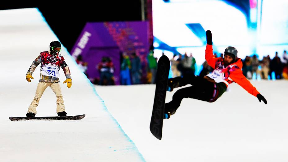 Competidores durante disputa do snowboard halfpipe em Sochi, na Rússia