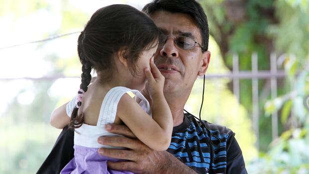 Jaderson Tiani Lemos Flores, pai de Andressa Ferreira Flores, morta na boate, com a neta, Amanda
