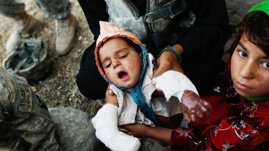 Soldados americanos socorrem criança que sofreu acidente doméstico em Kandahar, no Afeganistão