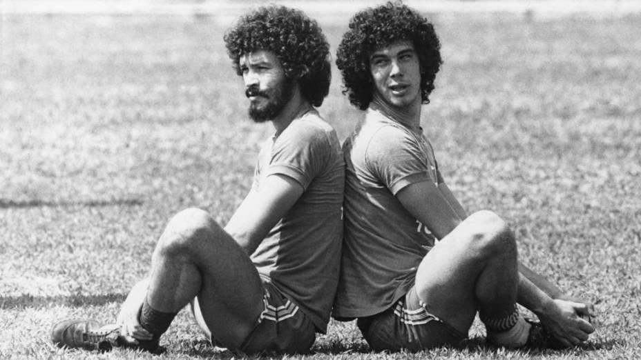 Os jogadores Sócrates e Casagrande durante treino, outubro de 1982