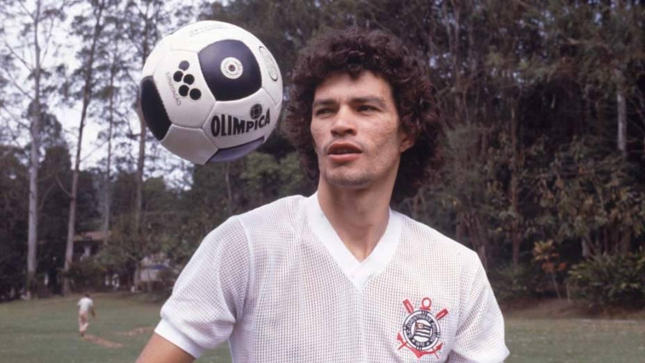 Jogador Sócrates com a camisa do Corinthians, década de 1970
