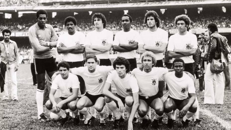 Sócrates (terceiro agachado) posa com o time do Corinthians, antes do jogo contra o Palmeiras pelo campeonato paulista de futebol, no estádio do Morumbi, dezembro de 1978