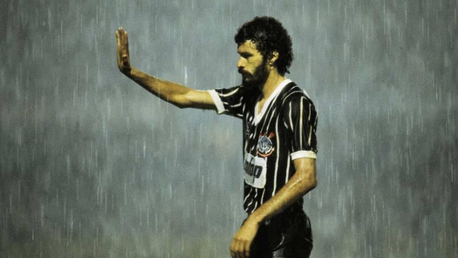 Sócrates durante jogo do Corinthians, década de 1980
