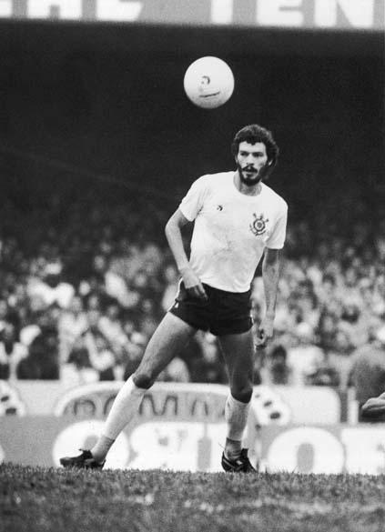 Sócrates durante jogo do Corinthians, 1981