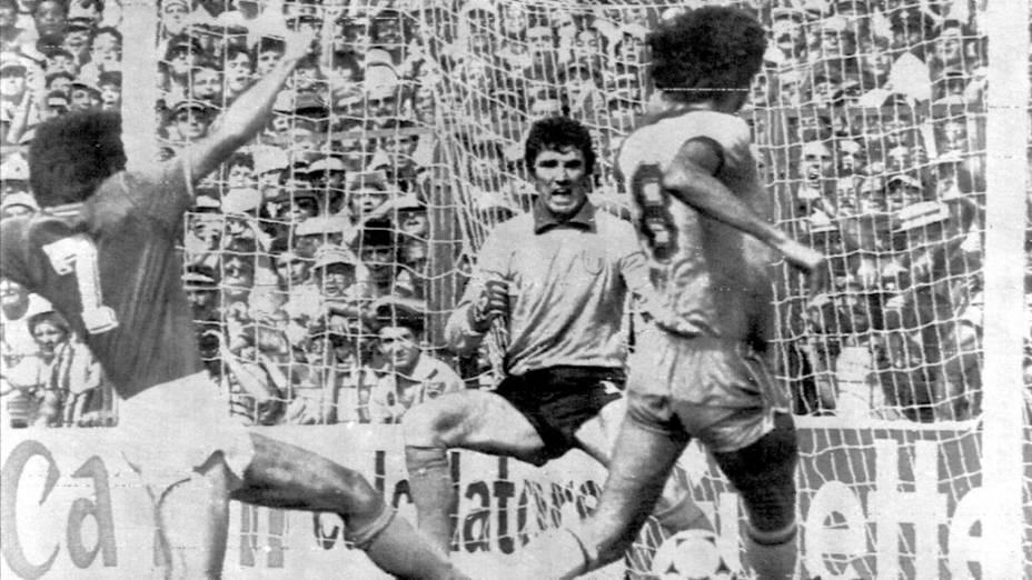 Sócrates marca o primeiro gol brasileiro contra a Itália na Copa da Espanha, no dia 5 de julho de 1982, em Barcelona