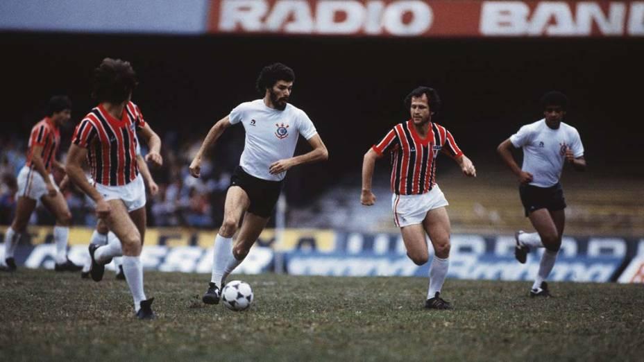 Sócrates durante jogo entre Corinthians e São Paulo, 1983