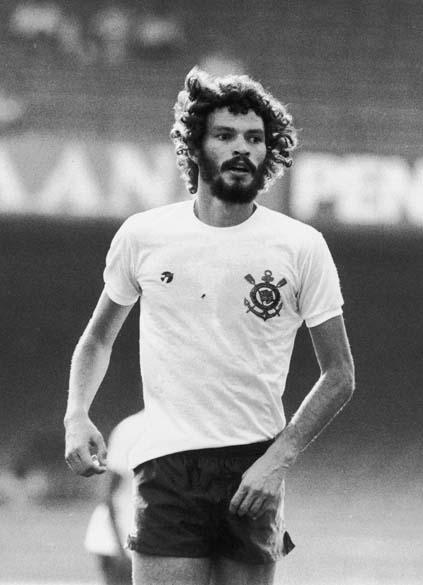Sócrates durante jogo do Corinthians, 1983