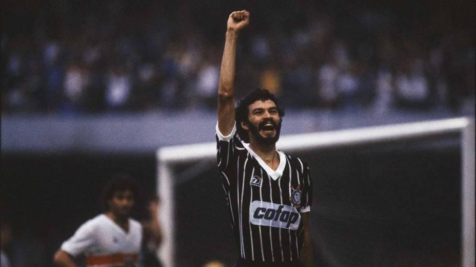 Sócrates comemora gol marcado pelo Corinthians, 1983