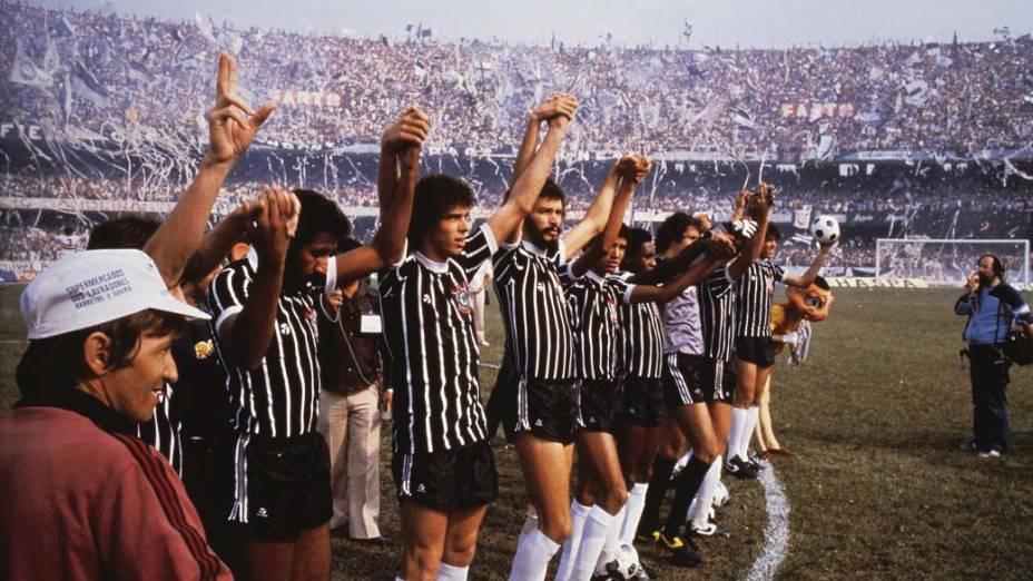 Sócrates comemora com o time do Corinthians a vitória do campeonato Paulista sobre o São Paulo, 1982