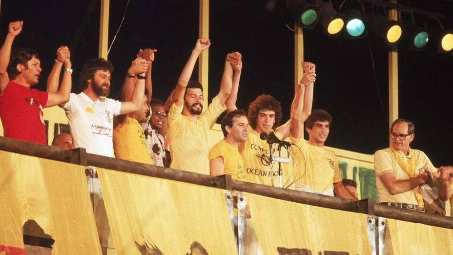 Sócrates, Osmar Santos e Casagrande durante comício da campanha das Diretas Já, 1984<br>