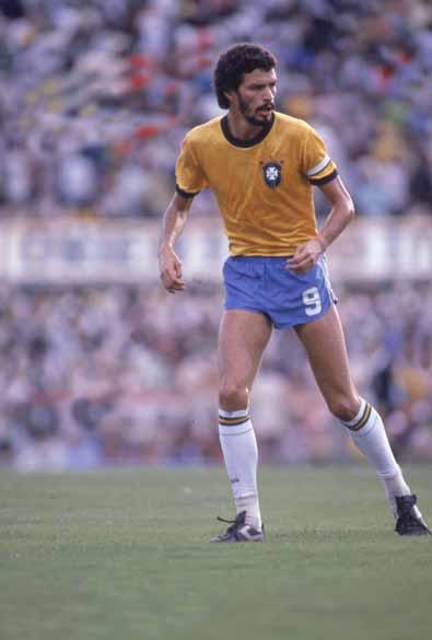 Sócrates jogando pela seleção brasileira, década de 1980<br>
