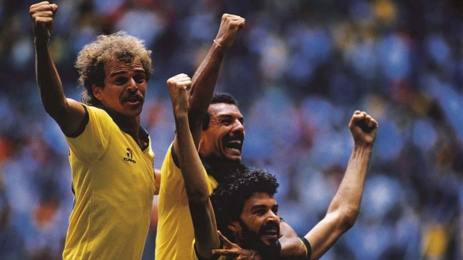 Sócrates comemora gol com Alemão e Júnior durante a Copa do Mundo do México, 1986<br>