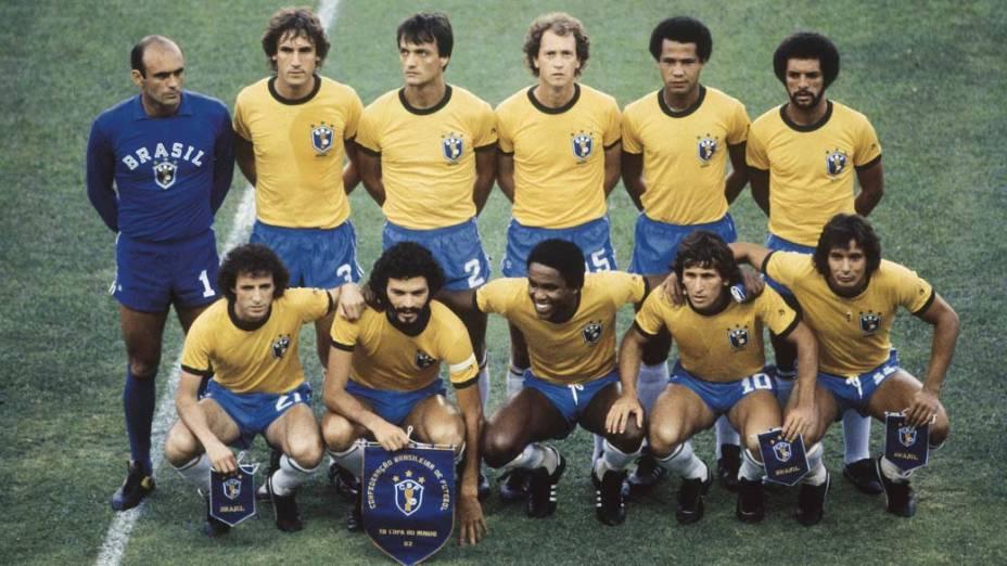 Seleção brasileira durante jogo pela Copa do Mundo da Espanha, 1982. Em pé: Valdir Peres, Oscar, Leandro, Falcão, Luisinho e Júnior; agachados: Dirceu, Sócrates, Serginho, Zico e Éder.