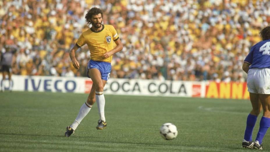 Sócrates durante jogo contra a Itália na Copa do Mundo da Espanha, 1982<br>