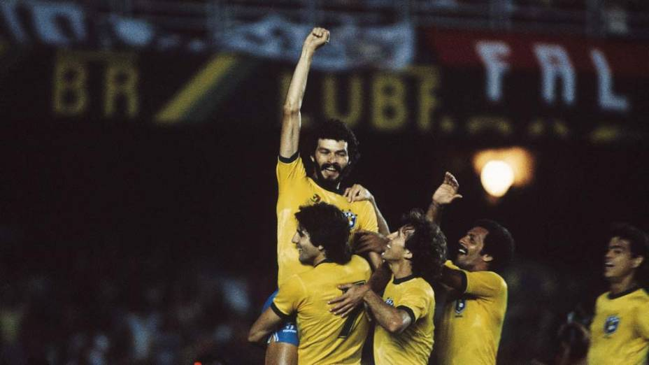 Sócrates, Renato Gaúcho, Zico, Júnior e Edinho comemorando gol contra o Paraguai durante jogo das Eliminatórias da Copa do Mundo do México no Estádio do Maracanã, 1986