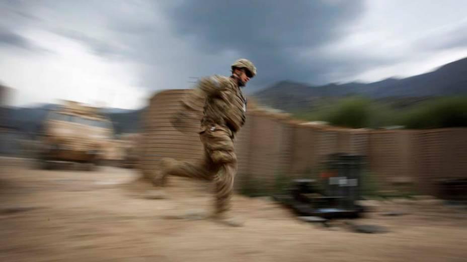 Soldado americano corre para evitar franco-atirador na província de Kunar, no Afeganistão