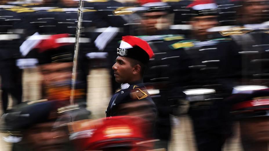 Cadetes marcham durante cerimônia de graduação em Diyatalawa, distrito do Sri Lanka