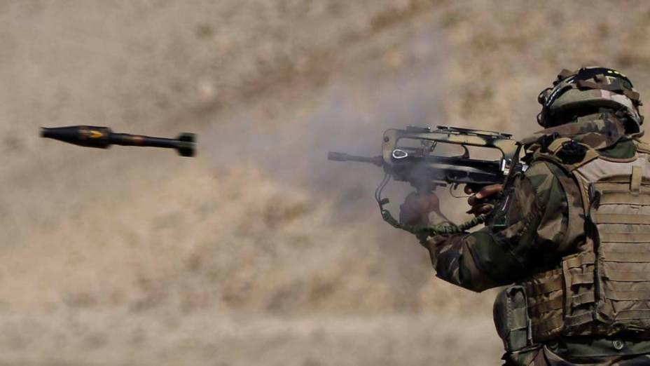 Soldado francês treina com míssil de granada em Surobi, no Afeganistão
