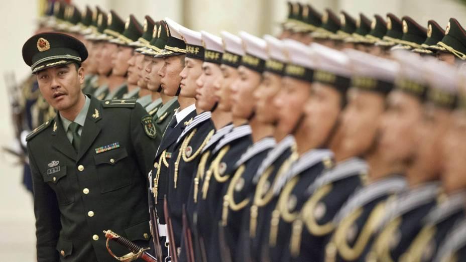 Soldado da guarda de honra do Exército pela Liberação do Povo Chinês durante preparação para cerimônia da chegada do presidente polonês, Bronislaw Komorowski, em Pequim, China