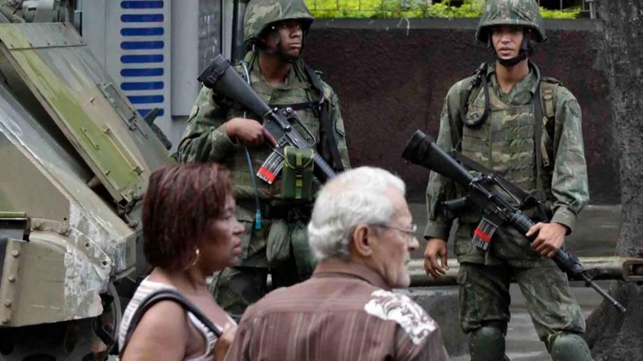 Na sexta-feira, dia 26 de novembro, soldados da Marinha na entrada do Morro do Alemão, zona norte do Rio de Janeiro