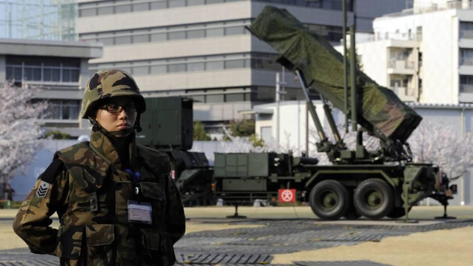 No Japão, soldado vigia baterias de mísseis no centro de Tóquio