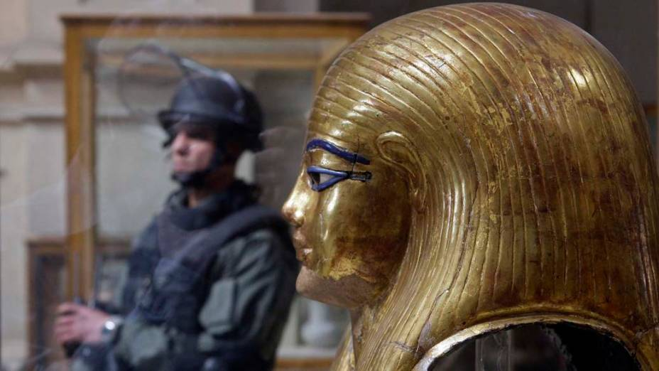 Membro da polícia especial vigia o Museu Egípcio no centro do Cairo