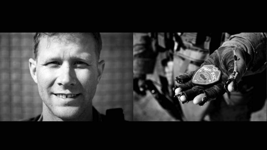 O sargento Jason Fetter mostra uma insígnia de farda militar usada por soldados americanos durante a Segunda Guerra Mundial