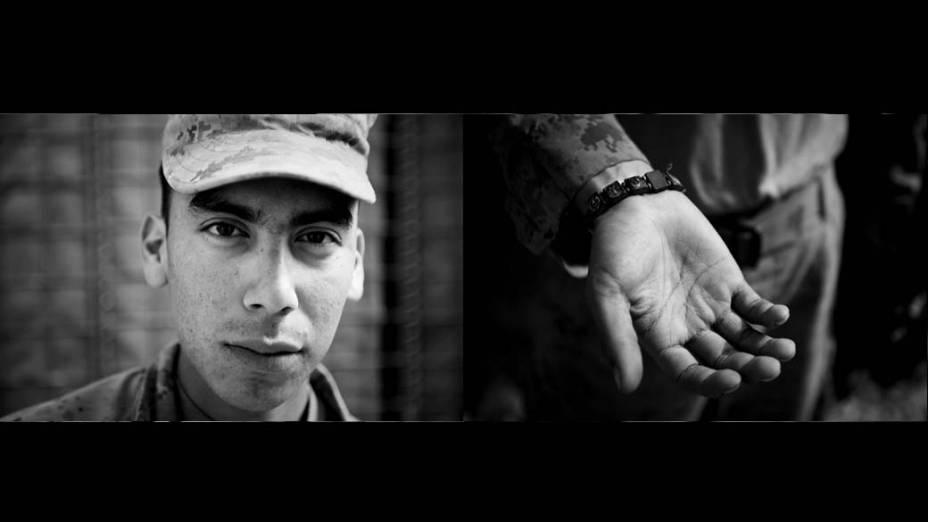 Morales, conselheiro da equipe de polícia, mostra uma pulseira com santos católicos. Ele ganhou de sua mãe para protegê-lo e usa a pulseira toda vez que sai em patrulha