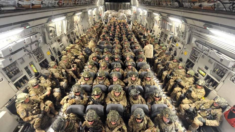Soldados americanos em voo a caminho do Afeganistão