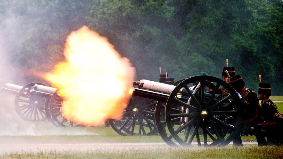 Tropa Real dispara canhão em honra do príncipe britânico Philip, duque de Edimburgo no aniversário 91 anos, no Hyde Park de Londres