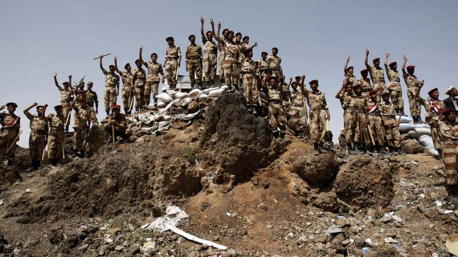 Em Sanaa, Iêmen, soldados que se uniram aos manifestantes anti-regime protestam contra o governo de Ali Abdullah Saleh