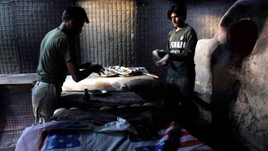 Na cidade de Kunar, soldados afegãos assam pães para suas tropas