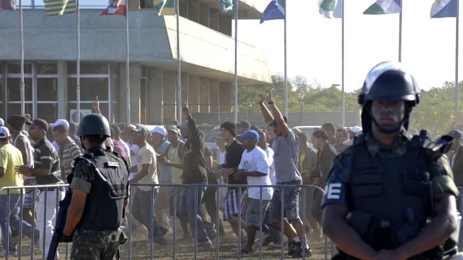 Soldados do Exército observam manifetação de policiais militares em greve que desde a semana passada ocupam a Assembleia Legislativa do estado